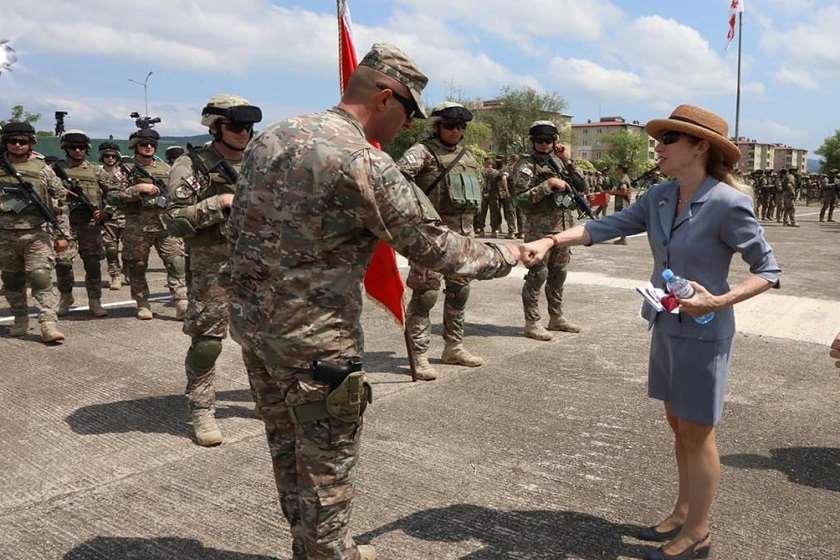აშშ-ის ელჩი, კელი დეგნანი სენაკის სამხედრო ბაზაზე, ავღანეთში სამშვიდობო მისიის დასრულების  ღონისძიებაზე